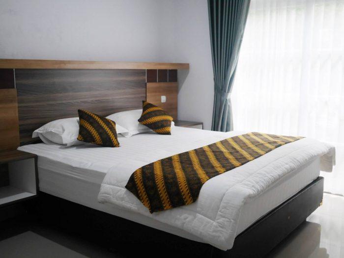 Kamar tidur homestay omah tentrem 55 Jogja dengan king size bed