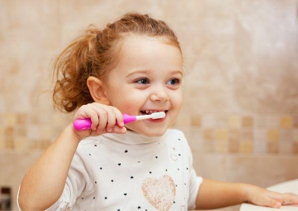 Mengajarkan gosok gigi pada anak