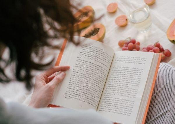 Manfaat membaca buku fiksi untuk meredakan stres
